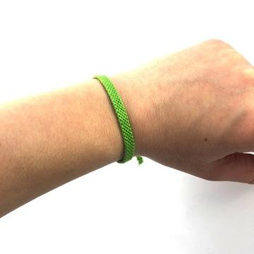 Светло-зеленый браслет из мулине