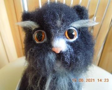Black Cat HandИзготовлен из шерсти.