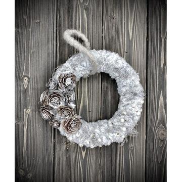 Miękki w dotyku wianek świąteczny srebrny. Piękny!