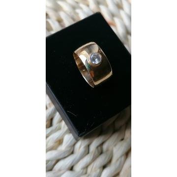 Złoty pierścionek (obrączka) z cyrkonią