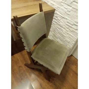 Krzesła z drewnianymi nogami