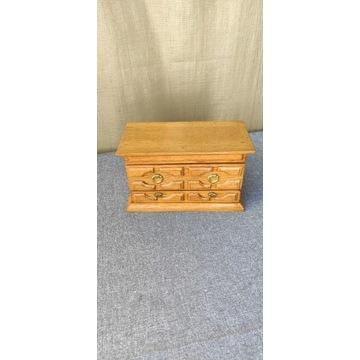 Drewniany kuferek na biżuterię