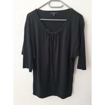 Czarna bluzka ze zdobieniem na dekolcie