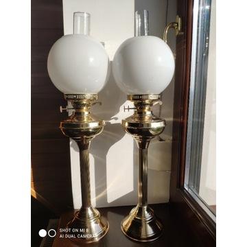 Para ogromnych starych mosiężnych lamp naftowych