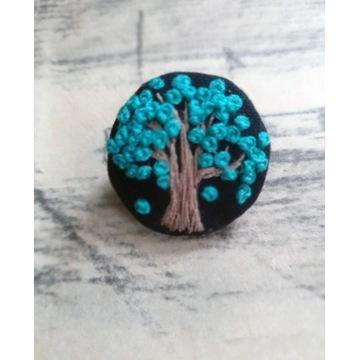 Broszka, przypinka ręcznie haftowana drzewo