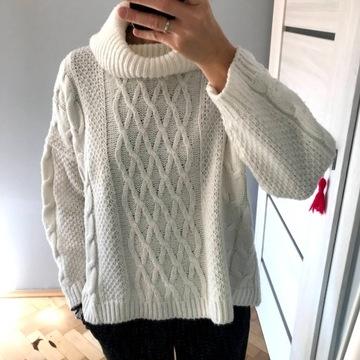 biały sweter z golfem, różnorodny splot