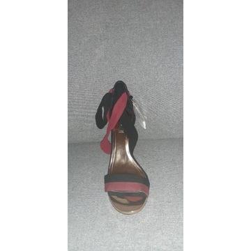 Sandałki na obcasie marki Mango