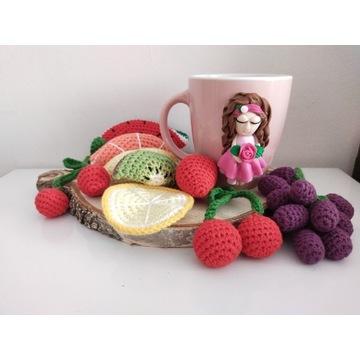 Kubek lalka i zestaw owocowy na szydełku. Handmade