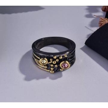 Pierścionek czerń ze złotem 18ct z kolorową cyrk
