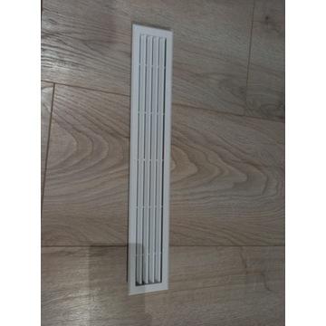 Biała kratka wentylacyjna pod lodówkę