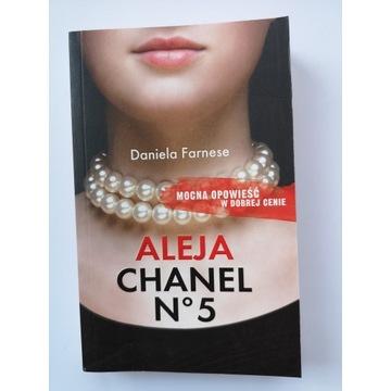 Aleja Chanel - Daniela Farnese