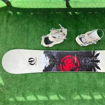 Snowboard Never Summer 151cm + wiązania Drake (M)