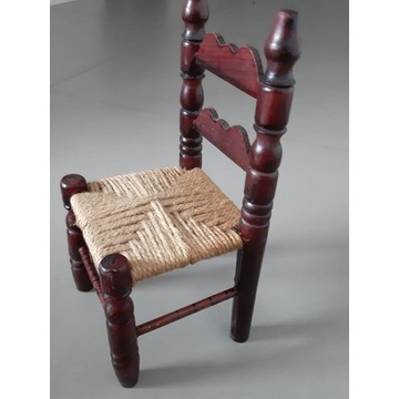 Stare drewniane krzesełko dla lalek
