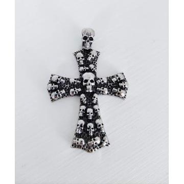 Solidny krzyż zdobiony czaszkami