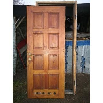 Solidne zabytkowe drewniane drzwi z futryną 215x90