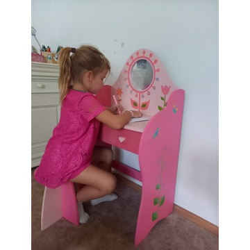 drewniane, różowe biurko, toaletka dla dziewczynki