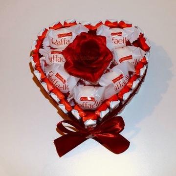 Serce mini z czekoladek Kinder i Raffaello z różą