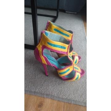 Piękne różowe sandały szpilki