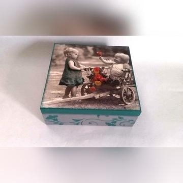 Drewniana szkatułka z motywem dzieci