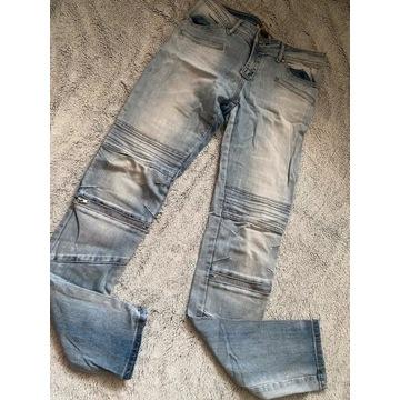 Jasne niebieskie spodnie rurki dżinsy jeans z prze