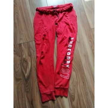 Spodnie dresowe SuperDry czerwone
