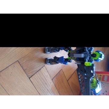 Robot zbudowany z klockow