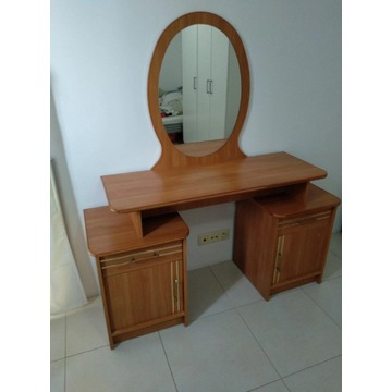 Toaletka z dużym lustrem