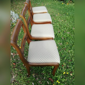 cztery krzesła drewniane