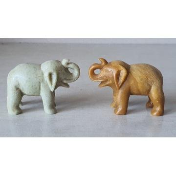 Dwa rzeźbione w kamieniu słonie.