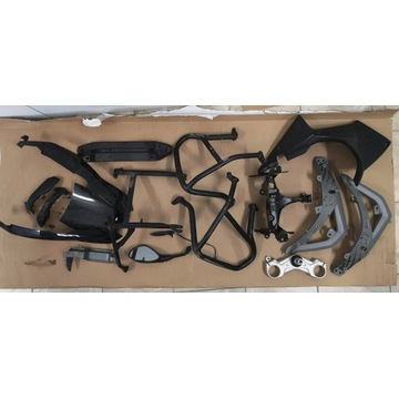 Części BMW R1200GS z różnymi uszkodzeniami