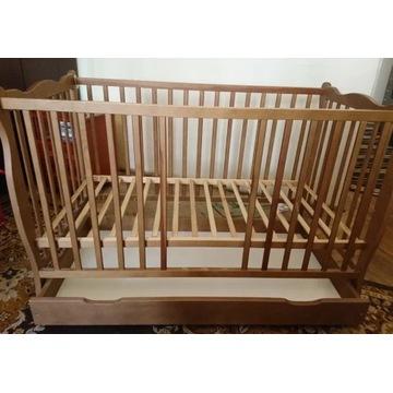 Łóżeczko dziecięce drewniane.