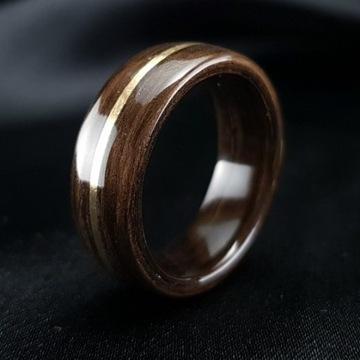 Drewniany pierścionek z mosiądzem, Prezent z klasą