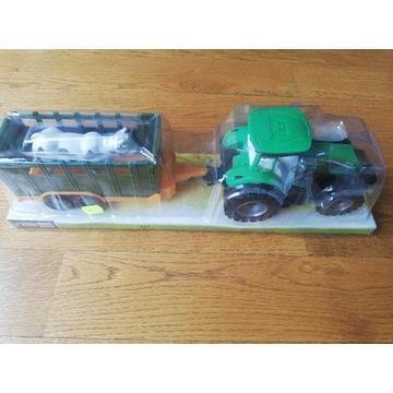 Ciągnik traktor z maszyną rolniczą i krową
