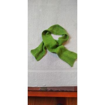 Sprzedam zielony szalik dziecięcy robiony ręcznie.