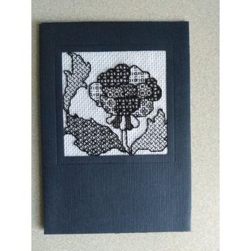 Kartka z życzeniami, ozdobiona haftem.