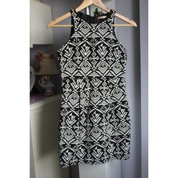 Czarno-biała sukienka we wzory