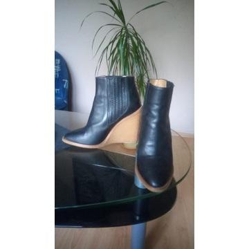 Buty jesienne na podwyższeniu