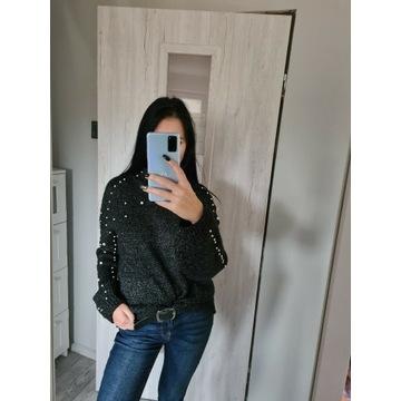 Sweter o luźnym fasonie- z perełkami - golf - UNI