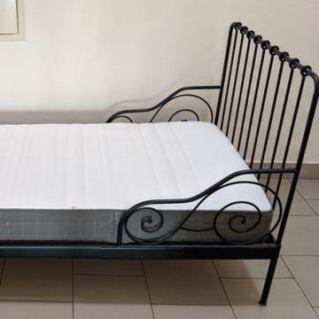 Łóżko z grubym super materacem (85x205 cm)