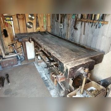 Stary stół-warsztat stolarski.