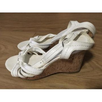 Białe damskie sandały na koturnie 37 9cm
