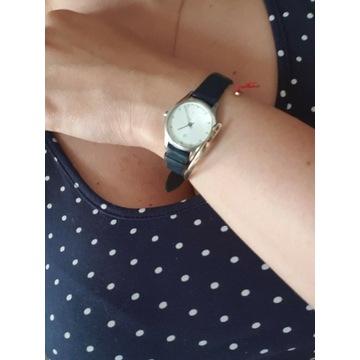 Zegarek calvin Klein z niebieskim paskiem.