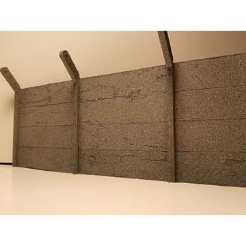 Płot betonowy w skali 1:25. Materiał karton.