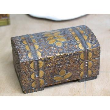 kuferek drewniany inkrustowany metalem