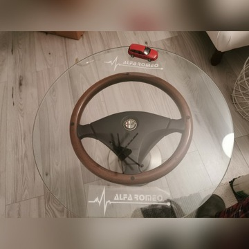 Stolik z kierowcą Alfa Romeo