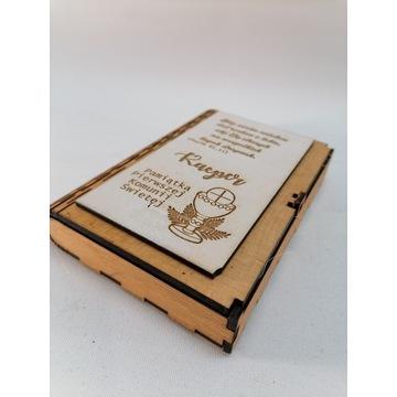 Drewniane pudełko w kształcie książki