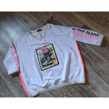 Bluza w neonowych kolorach na białym tle z butem3D