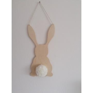 Drewniany króliczek wiszący. Pompon