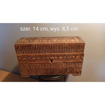 Szkatułka - kuferek drewniany