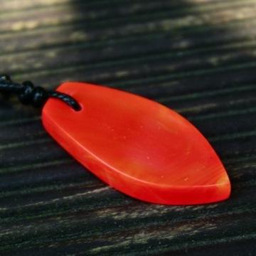 Naszyjnik z żywicy z barwnikiem fluorescencyjnym